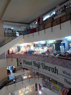 Salah satu lantai yang menjual berbagai perlengkapan haji-umroh (dok. pribadi)