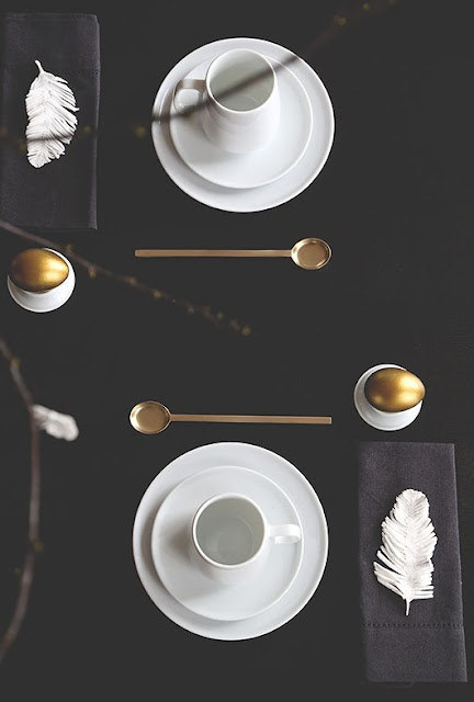 czarno-biała dekoracja stołu wielkanocnego