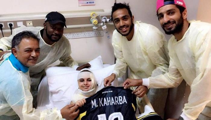 محمود كهربا يزور مشجع اتحاد جدة فى المستشفى ويمنحه قميصه