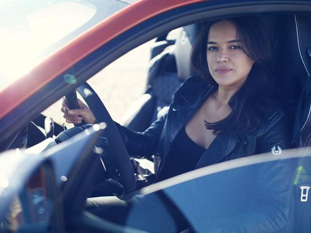 Atriz Michelle acelera o Jaguar mais rápido da história e atinge 320 km/h