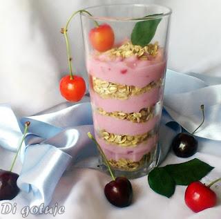 Mus jogurtowy z crunchy i owocami
