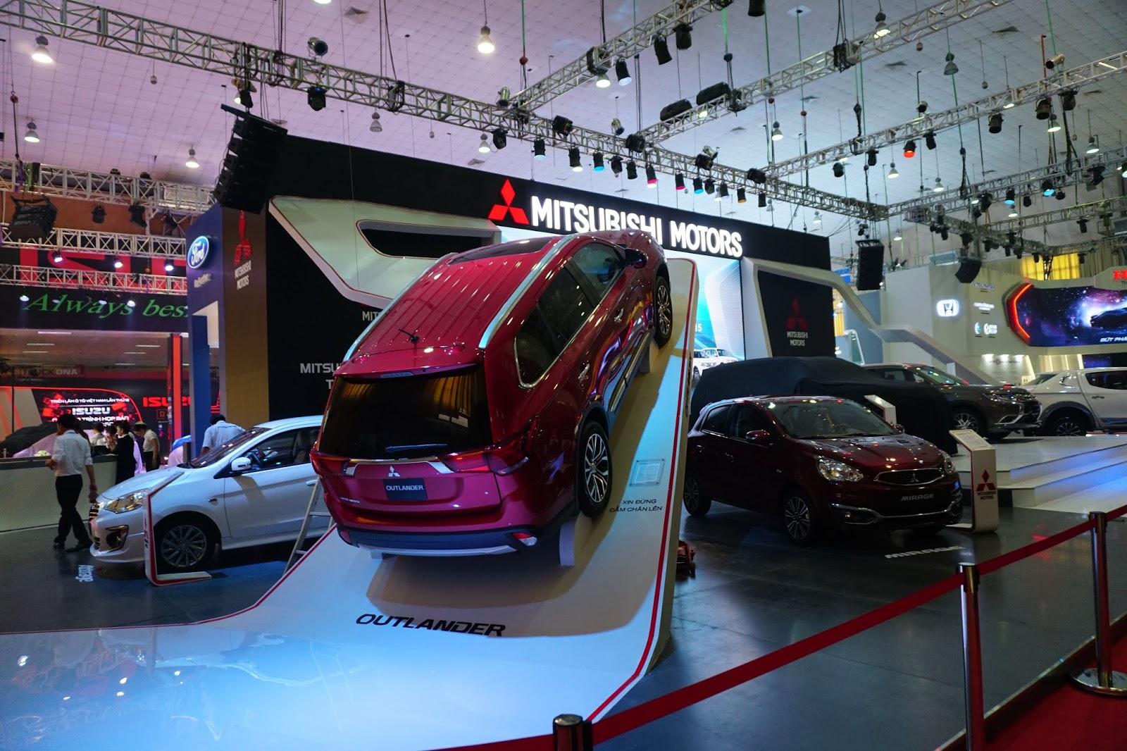 Gian trưng bày của Mitsubishi phá cách với Pajero và Outlander