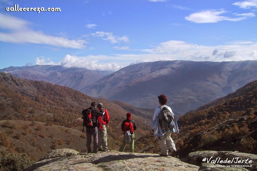 Grupo senderista en las montañas del Valle del Jerte