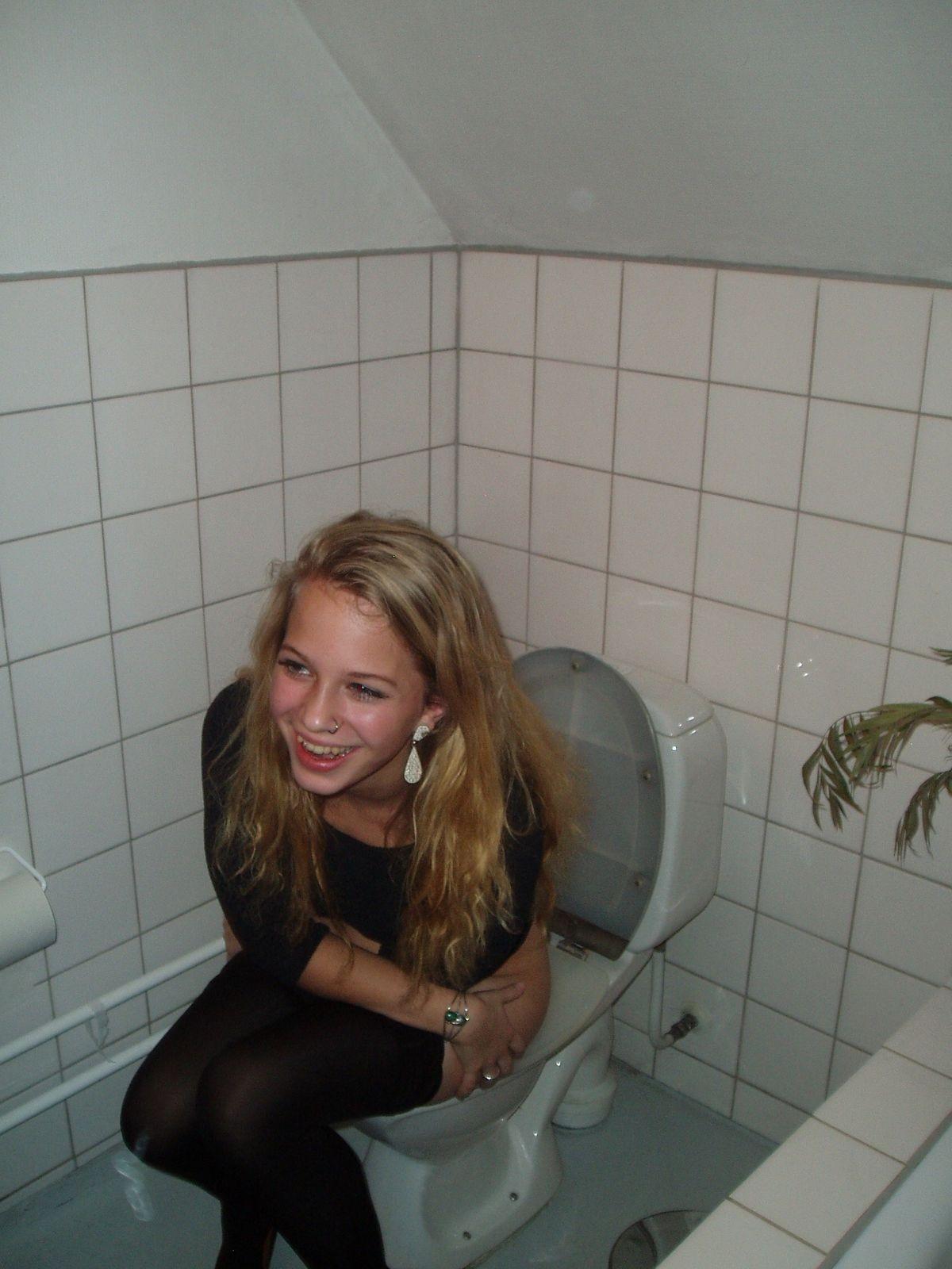 непосредственном девушки описали подружку в туалете направила порно филм