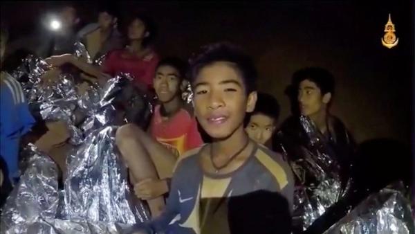 Rescatan a cuatro niños de la cueva de Tailandia