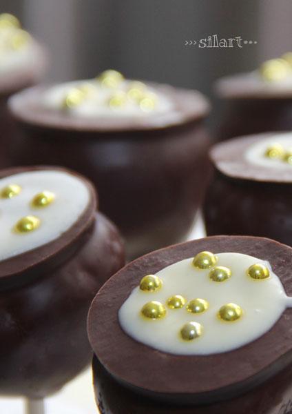 Cake Pops mit Zartbitterschokolade und Zuckerperlen