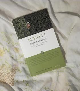 Il giardino segreto Burnett recensione felice con un libro