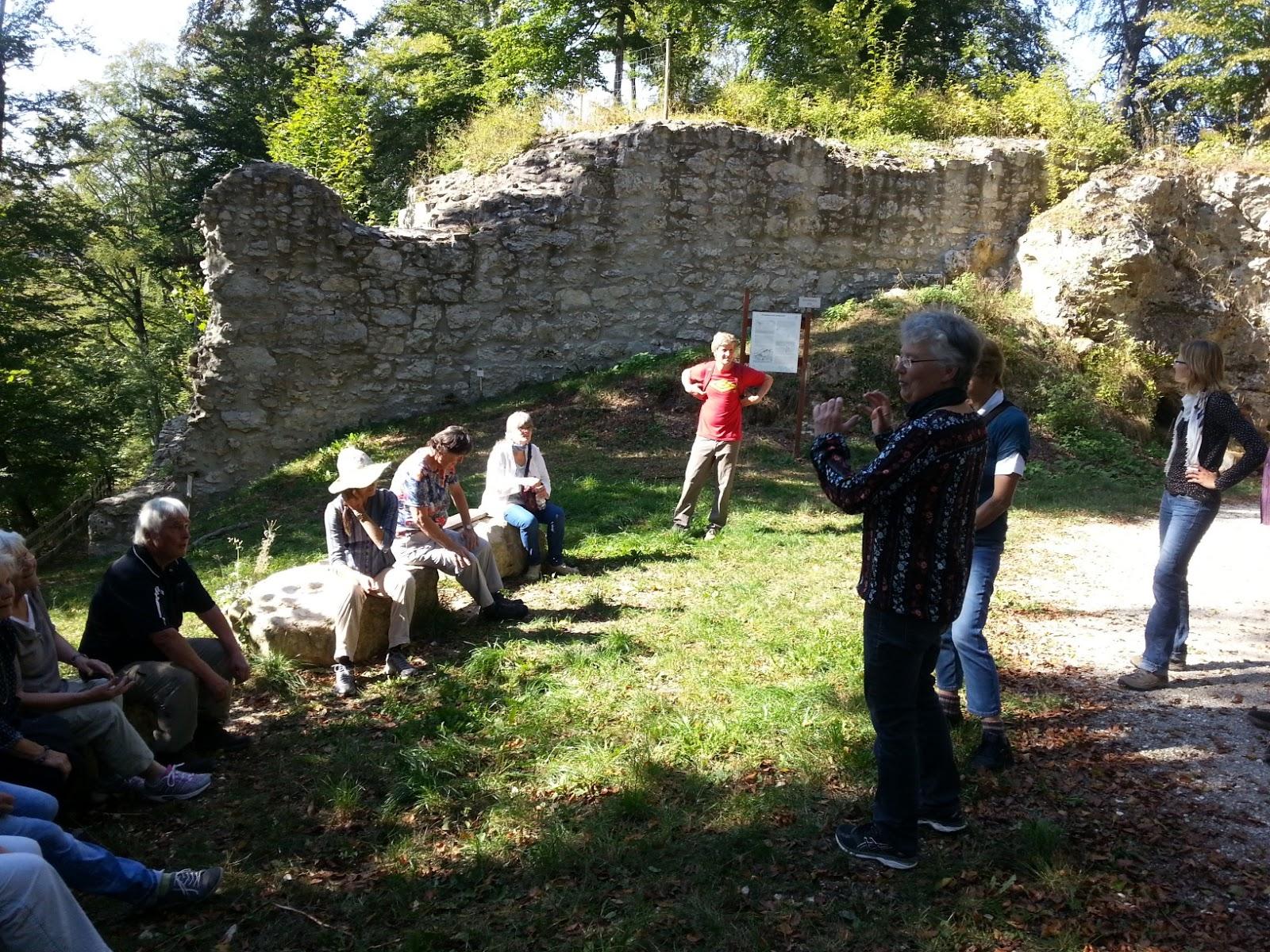 An den Mauern der Kocherburg erzählte Ute Fallscheer schreckliche Geschichte der beiden ungleichen Schwestern Edeltraut und Hildegard