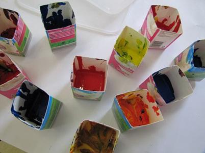 Bekas kotak susu digunakan sebagai wadah cat.