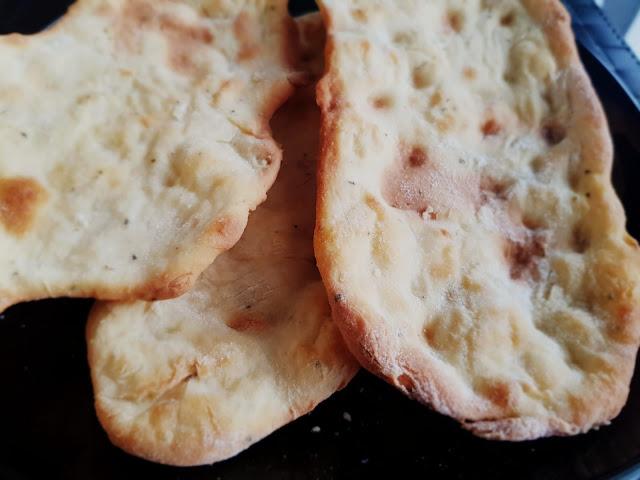 Chlebki pita z fetą i bazylią