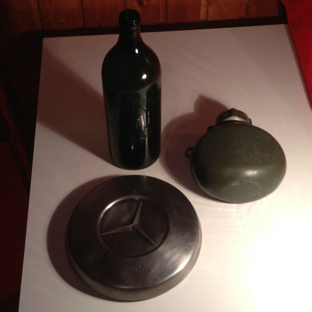 BB literes borosüveg, katonai kulacs és egy régi Mercedes dísztárcsa