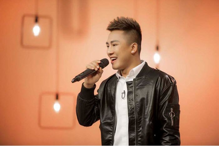 Ca sỹ Châu Khải Phong nổi tiếng với bài hit 'Ngắm hoa lệ rơi'