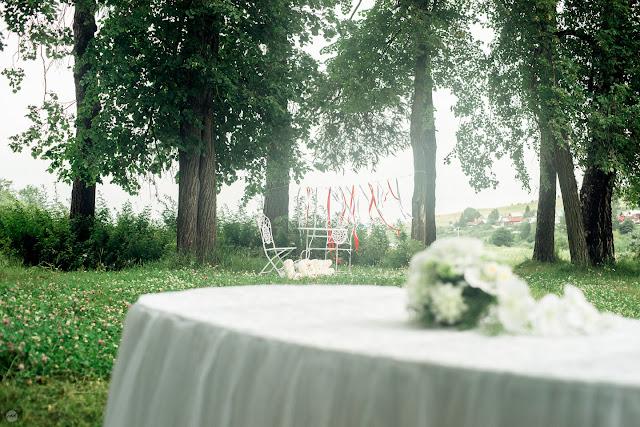 Ещё один уголок парка, оформленный под свадебную церемонию