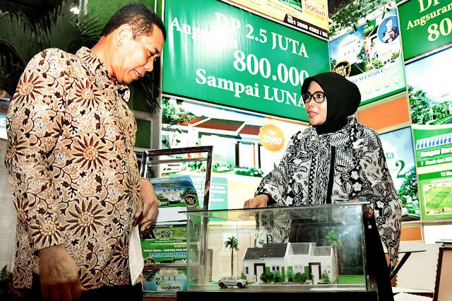 Tuti Mugiastuti (kanan) menjelaskan rencana pengembangan beberapa proyek baru pada tahun 2018