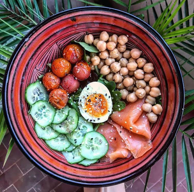 Poke bowl healthy truite fumée concombre pois chiches tomate Charlotte and cooking
