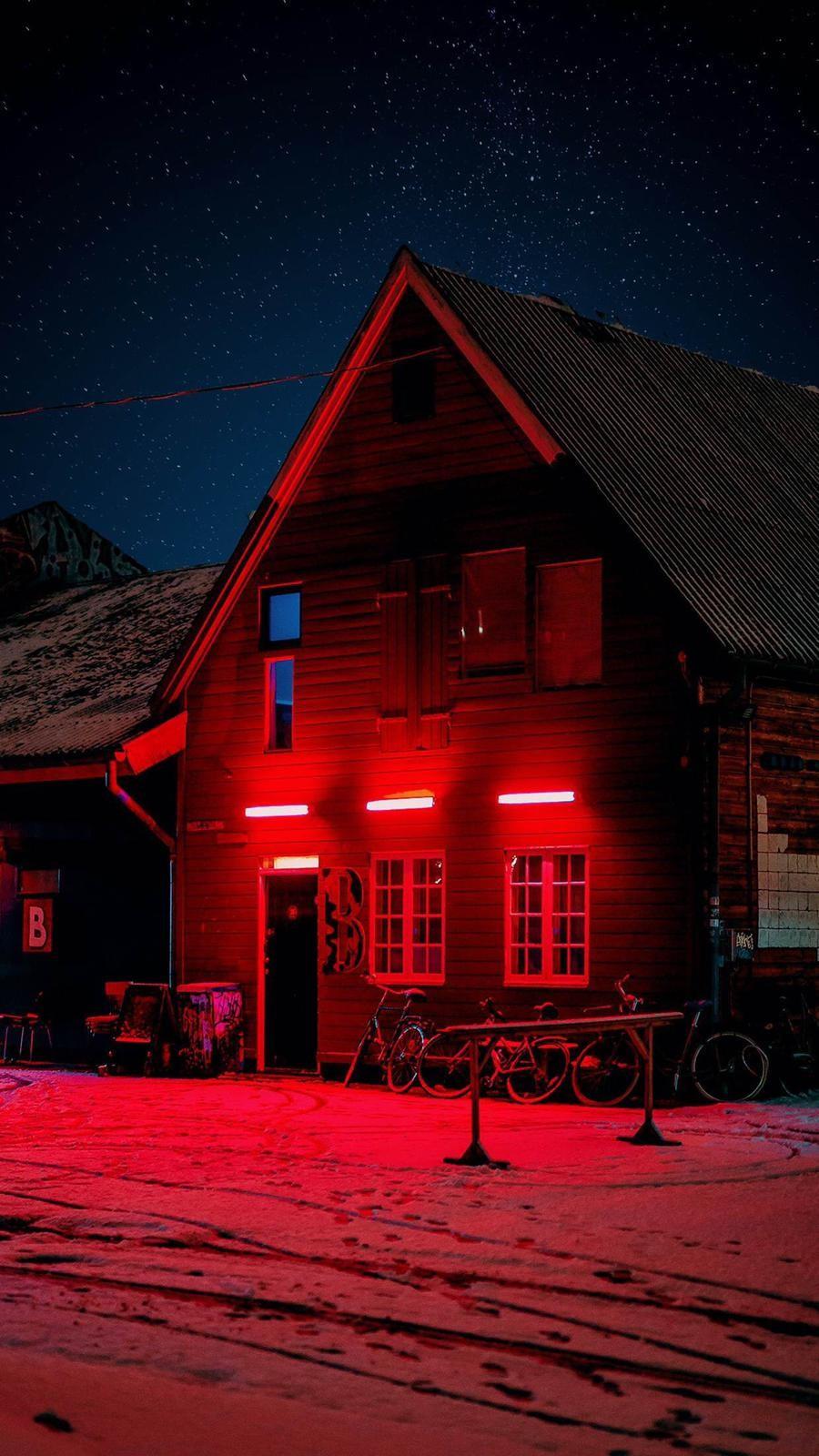 Kar ve Kırmızı Neon Manzaralı Ev