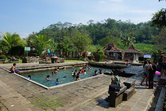 Kolam pemandian penuh pengunjung yang mandi