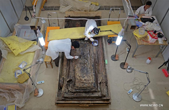 Chinese experts examine Haihunhou's coffin