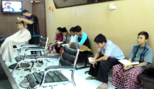 Di Barbershop Milik Kang Asep Ini, Pangkas Rambut Bayar Baca Al Qur'an