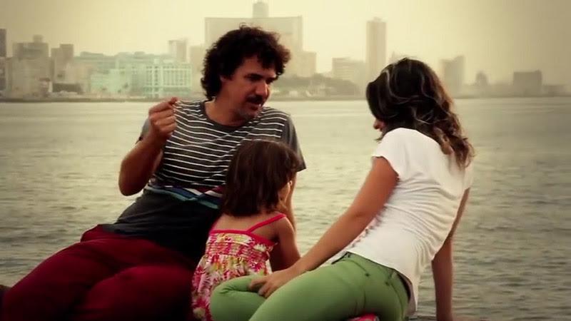 Roberto Carcassés - ¨Viene y va la felicidad¨ - Videoclip - Dirección: Andros Barroso. Portal Del Vídeo Clip Cubano - 03