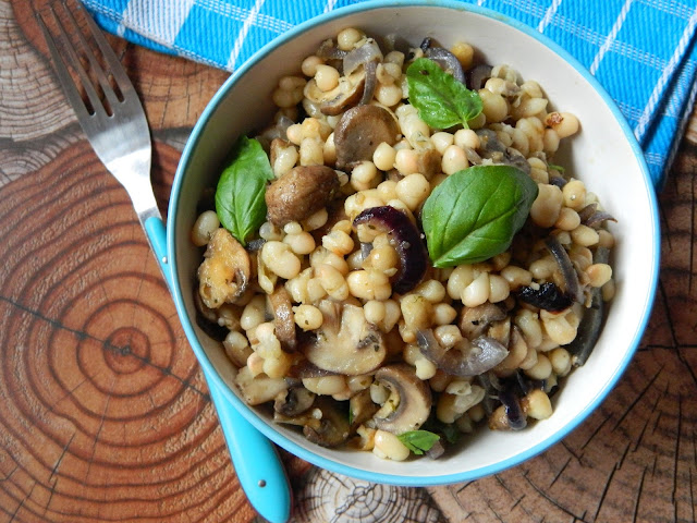 Salata calda de fasole alba cu ciuperci