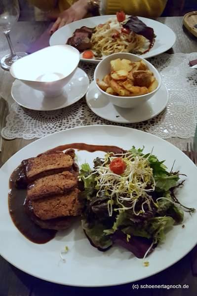 Entrecote mit Senfkräuterkruste, Bratkartoffeln und grünem Salat im Restaurant Vaca Verde in Karlsruhe