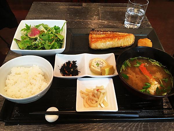 新宿の健康プラザハイジアビル4階にある本格和食カフェ『No.13cafe(サーティーンカフェ)』のびんちょう大トロ定食