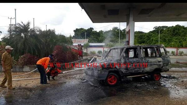 Diduga Konsleting Arus Pendek, Satu Buah Unit Mobil Jenis Kijang Terbakar Pasca Mengisi Bensin di Stasiun APMS