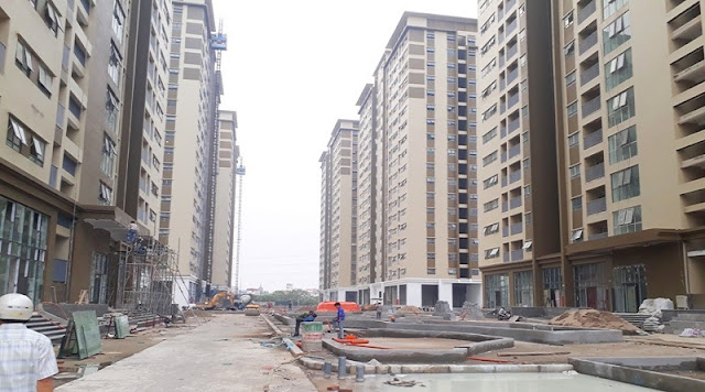 Khuôn viên giữa các tòa đang xây dựng