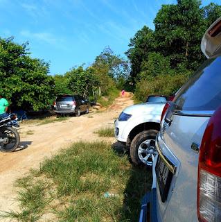 Tempar parkir roda 4 menuju batu dinding Borneo
