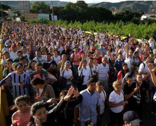 326.000 venezolanos cruzaron la frontera hacia Colombia en una semana