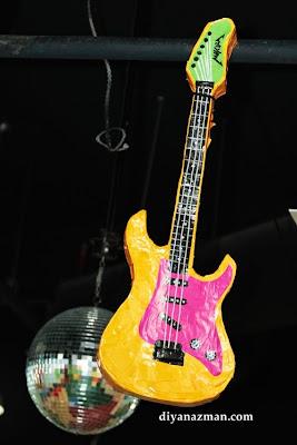 Guitarra eléctrica de colores con papel y cartón reciclado