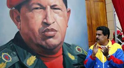 ¿Cómo fue que Hugo Chávez logro que un país entero se dejara dirigir a la ruina? Muy fácil, con promesas que solo se pueden mantener por un corto plazo y buscando un chivo expiatorio.
