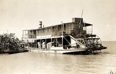 O navio Juparanã, atracado frente a Regência. Esse navio faz o percurso de Colatina à foz do rio Doce. Abril de 1950.