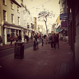 Brighton persone per strada