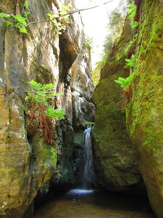 Mały Wodospad (czes. Malý Adršpašský vodopád; 550 m n.p.m.).