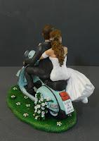 top cake sposi torta su vespa sposini romantici abbracciati orme magiche