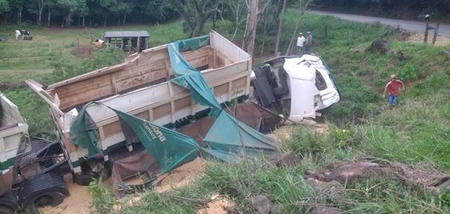 Caminhão tomba na BR-487, entre Iretama e Nova Tebas