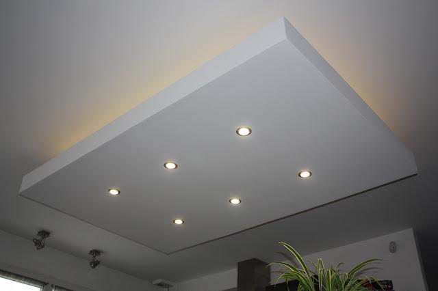 décaissement, décroché, design, faux plafond, ilot central, moderne, plafond descendu, spot, suspendu, ruban led, bandeau, rétro-éclairage, éclairage indirect couleur rouge bleu vert jaune blanc