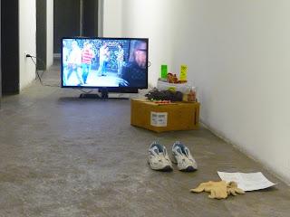 """Instalación de Gladys Calzadilla  """"En los Zapatos de Otro"""" Proyecto LUCA En el espacio La Viga del Centro Cultural Chacao"""