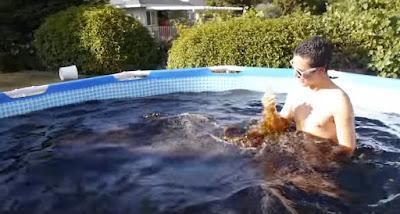 Gila! Pria ini mandi dengan 1.500 botol coca-cola dalam kolam renang