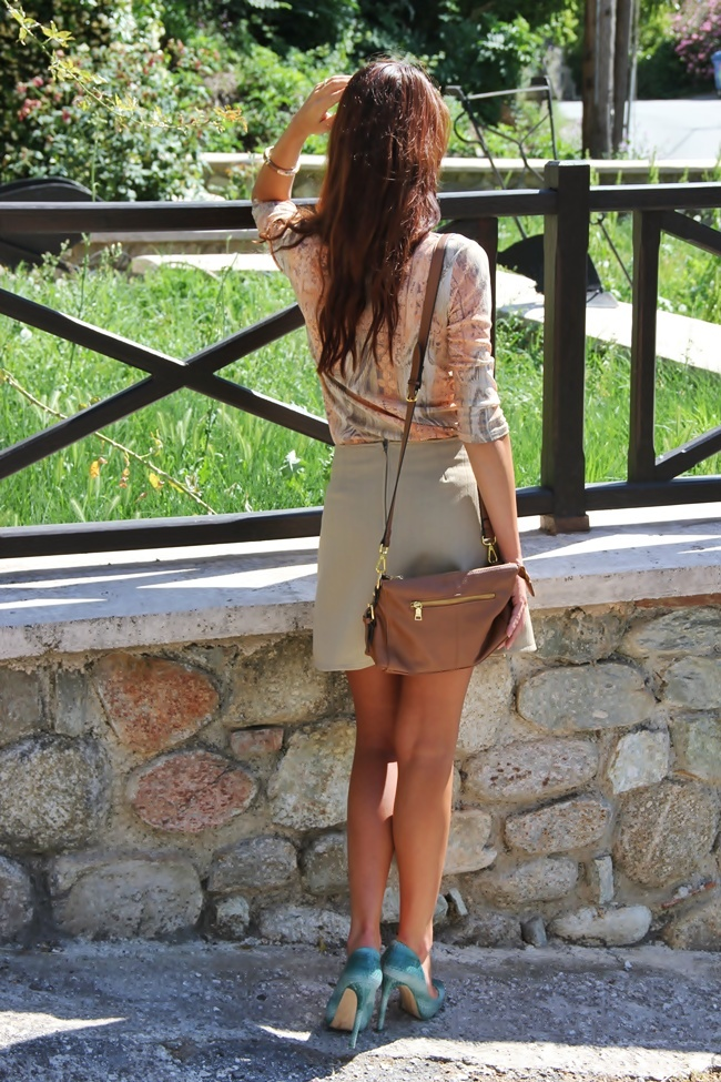 how to refresh beige outfit with green shoes, Bershka snakeskin green shoes