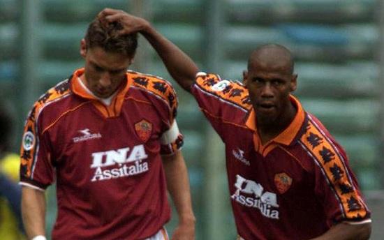 Trung vệ xuất sắc Aldair trong đội hình Giallorossi những năm 90.