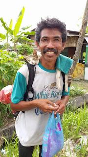 Pak Ijal Sang Penyayang Kucing Ini Sempat Dikira Orang GILA...Ternyata dia adalah
