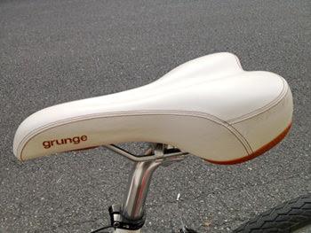 grungeの白いサドル