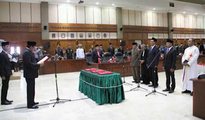 Ambon, Malukupost.com - DPRD Maluku menggelar rapat paripurna istimewa peresmian dan pengucapan sumpah serta janji 3 Anggota Pengganti Antar Waktu (PAW) sisa masa jabatan 2014-2019, Kamis (29/11).    Tiga orang Pengganti Antar Waktu (PAW) anggota DPRD Maluku resmi dilantik dan diambil sumpahnya, adalah Contansius Kolatfeka (Gerindra), Joseph Tingkery (Hanura) dan Christian Leihitu (Hanura).