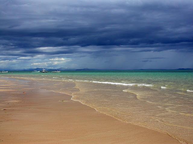 plage d'Ambatoloaka, sous un beau ciel d'orage