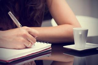 mujer escribiendo novela