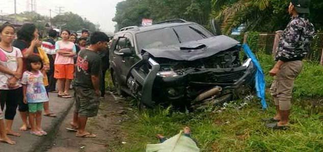 Warga menyaksikan tabrakan beruntun yang menewaskan ibu dan anak warga Batubara.