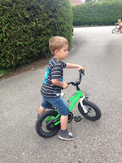Kinder fahren Rad